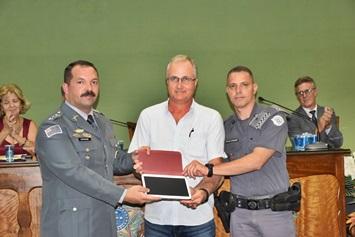 Presidente do Sindicato Rural durante a entrega do tablet ao Capitão PM Veiga e ao Cabo PM - (Divulgação)