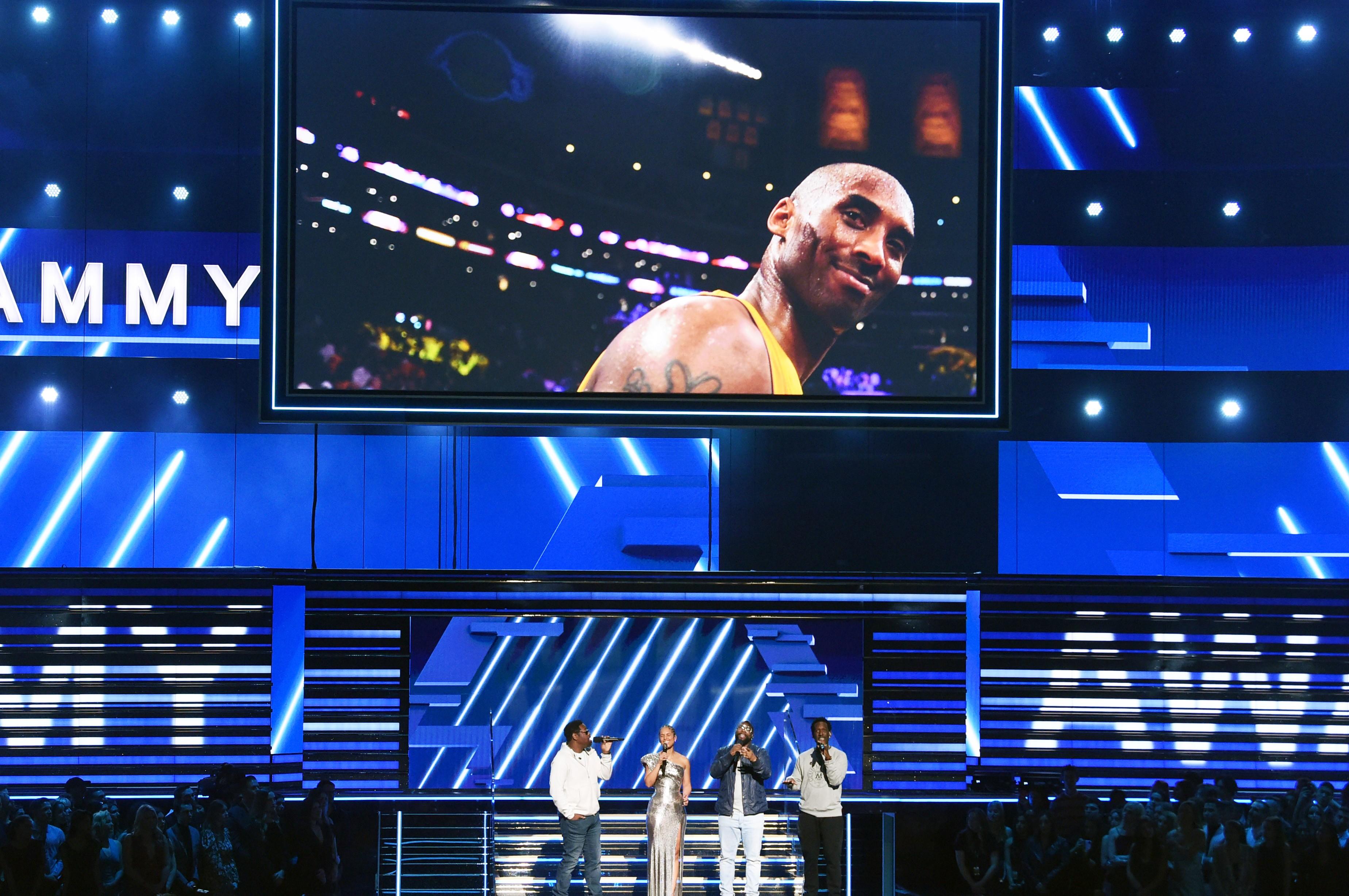 Alicia Keys e Boyz II Men cantam em homenagem a Kobe Bryant no Grammy 2020 KEVIN WINTER / GETTY IMAGES NORTH AMERICA / AFP