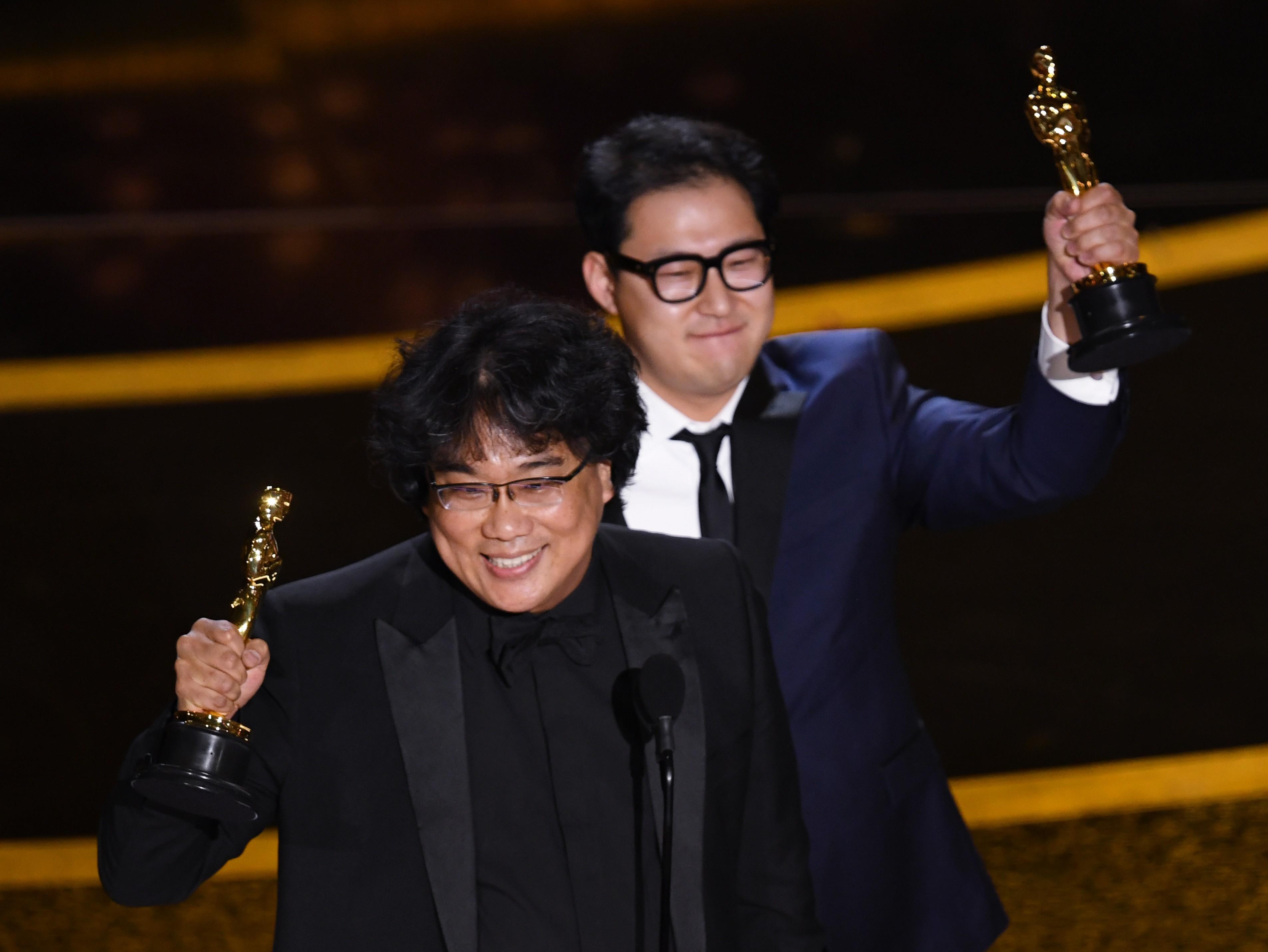 Bong Joon-ho e Han Jin-won após receber o Oscar de Melhor Roteiro Original por 'Parasita' Kevin Winter/Getty Images/AFP