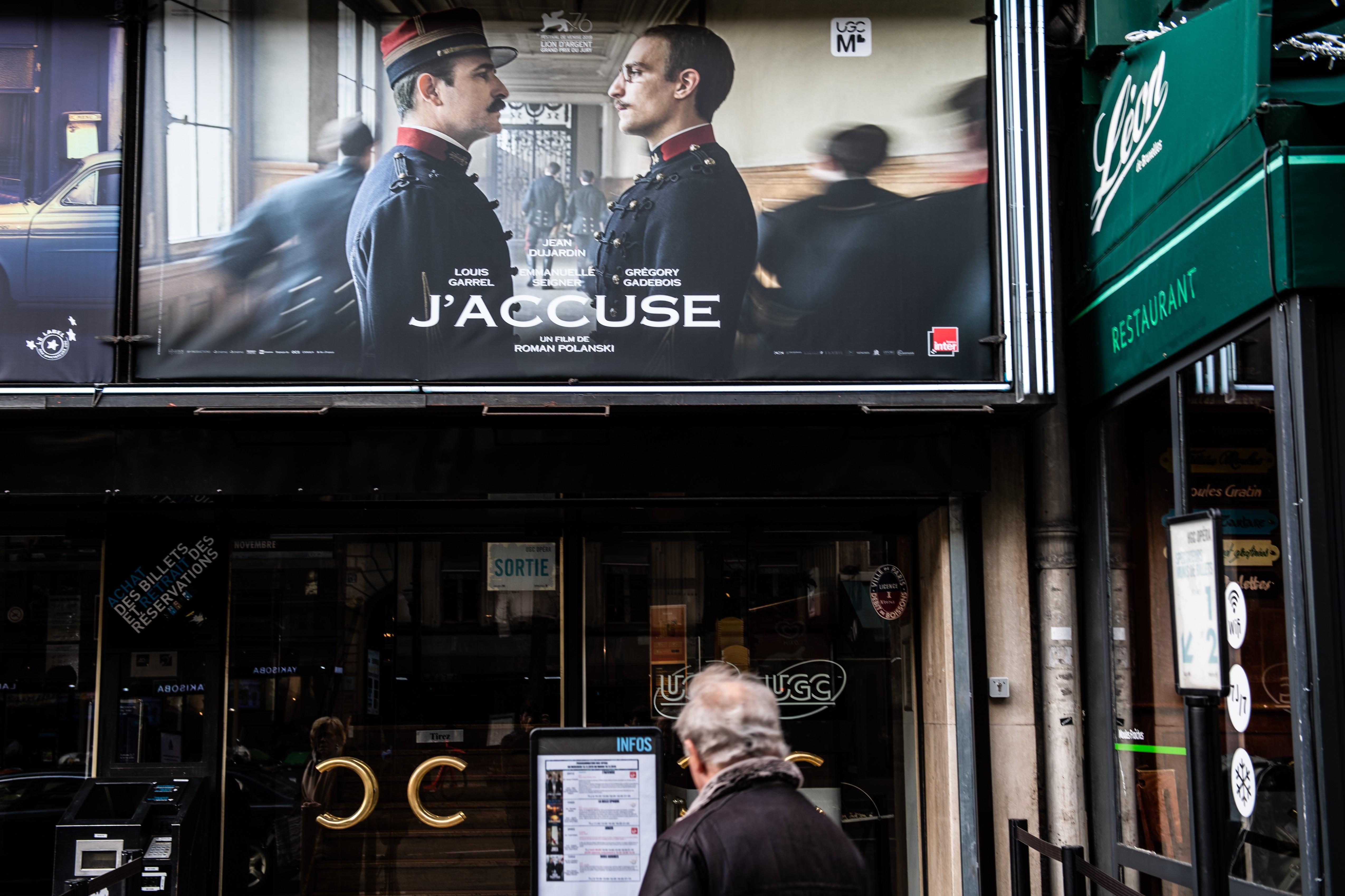 """Poster de divulgação do filme """"J'accuse"""" de Roman Polanski, em um cinema de Paris Martin BUREAU / AFP"""