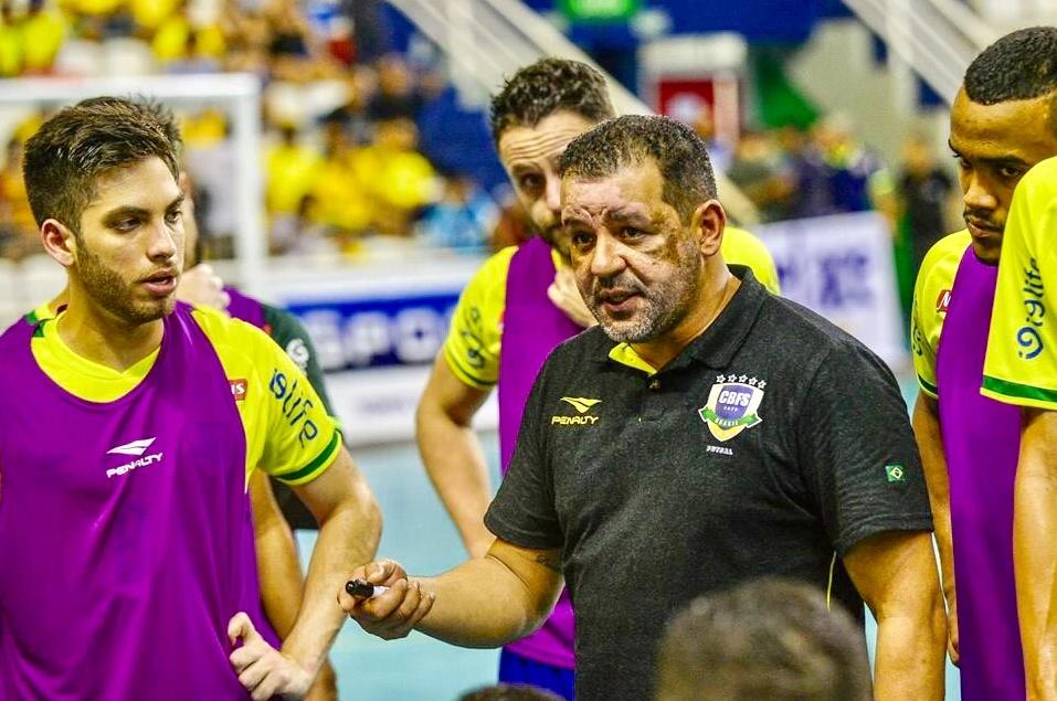 Treinador da Seleção quer adiamento do Mundial de futsal e cobra Fifa por bagunça no esporte