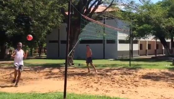 Vídeo mostra Ronaldinho Gaúcho jogando futevôlei em prisão paraguaia