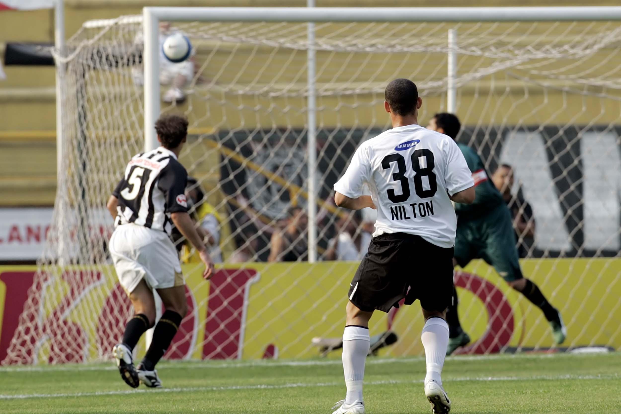 Confira as fotos de Corinthians x Santos em 2007 com gol de Nilton