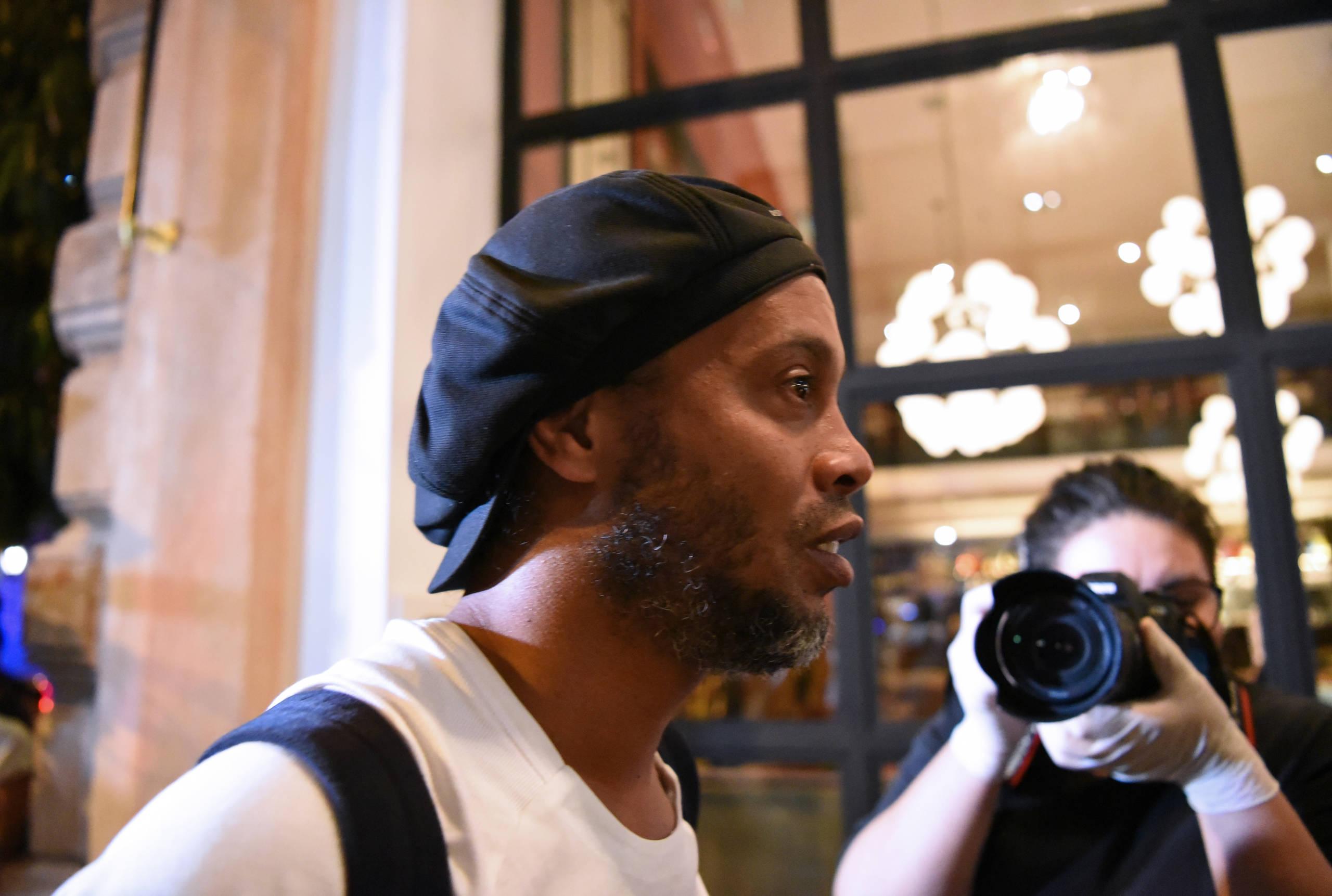 Ronaldinho deixa detenção e chega em hotel para cumprir prisão domiciliar no Paraguai