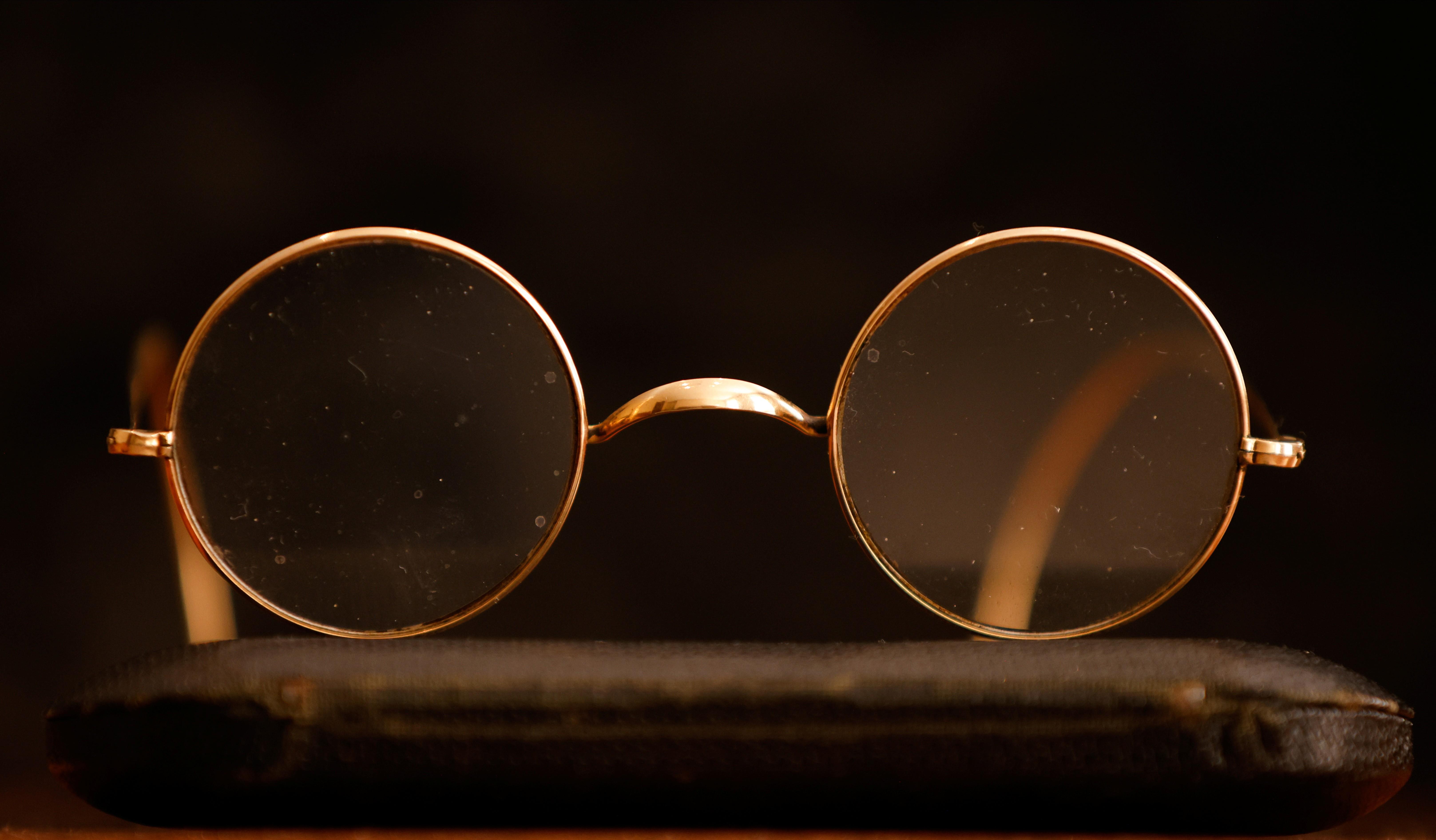 Leilão de objetos dos Beatles tem óculos de John Lennon por até R$ 280 mil